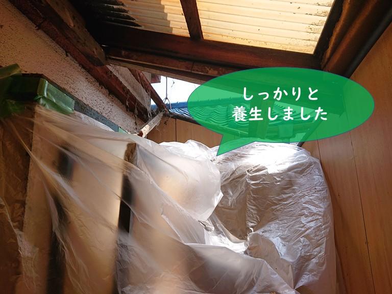 岩出市の波板張替工事で荷物にも養生シートを被せています