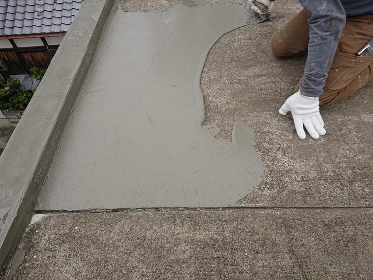 岩出市の陸屋根にカチオンフィラーを塗布し下地調整します