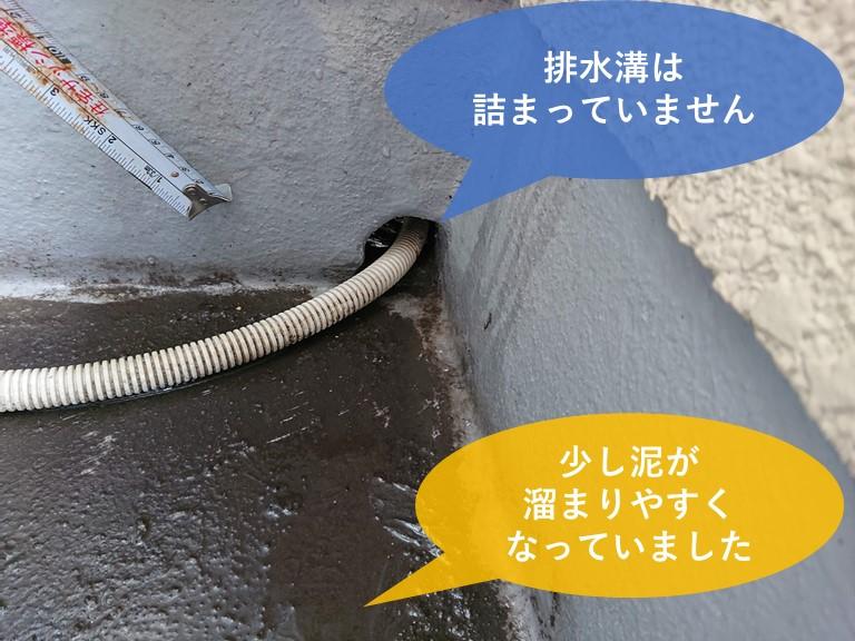 岩出市の雨漏り調査で排水溝の詰まりを確認します