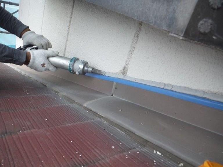 紀の川市で壁際水切りにシーリングが付かないよう養生してからシーリングを充填します