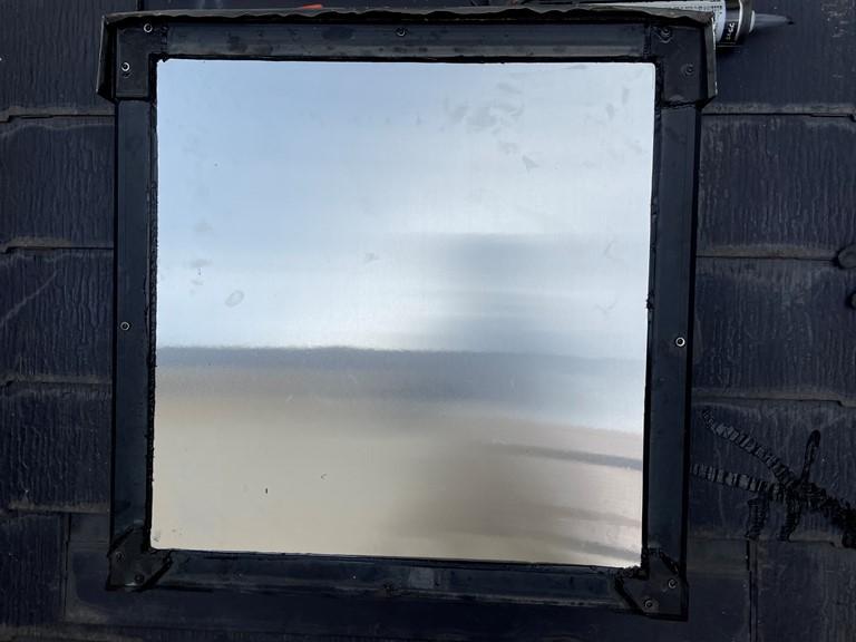 紀の川市で天窓を塞ぐ工事で外部が完成しました