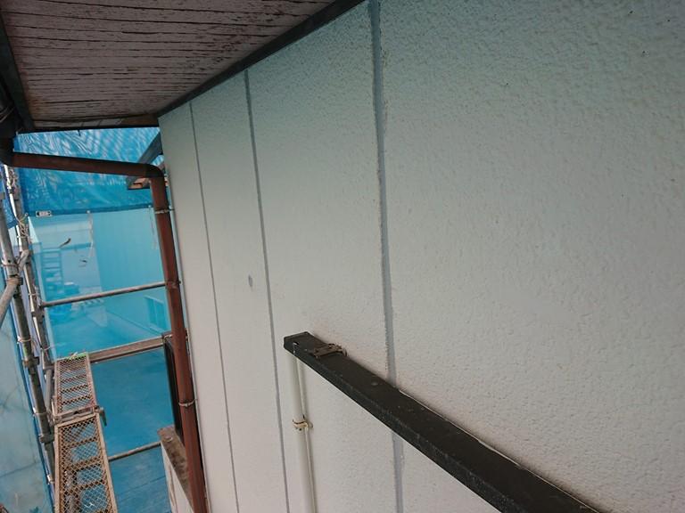 紀の川市の外壁塗装でALC版の目地にシーリング充填後高圧洗浄を行います