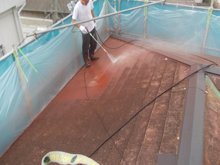 紀の川市の屋根塗装で高圧洗浄を使い苔や古くなった塗膜を洗い流します