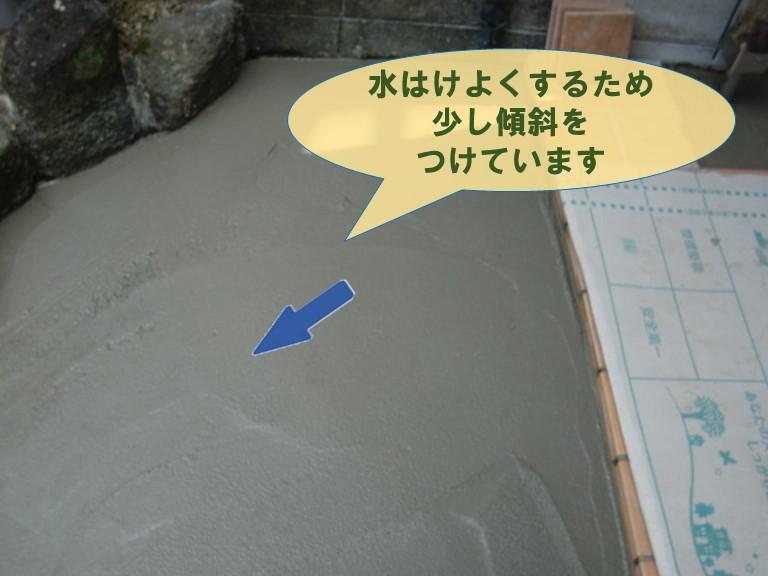 紀の川市の玄関アプローチ土間を施工するのに水はけがよくなるため傾斜を少し作ります