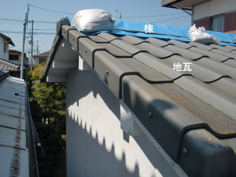 岩出市の屋根の棟と地瓦に被害あり