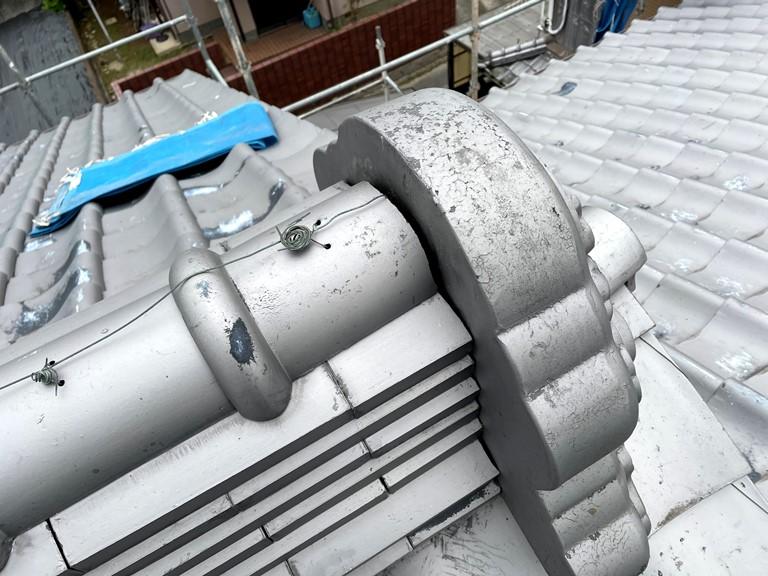 紀の川市での鬼瓦の漆喰塗補修工事のビフォー