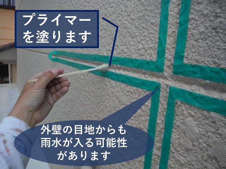和歌山市の家で以前外壁工事を行ったみたいですが、塗装前に外壁の目地にコーキング充填していないようなので念のためにコーキング充填するのにプライマーを塗ります。