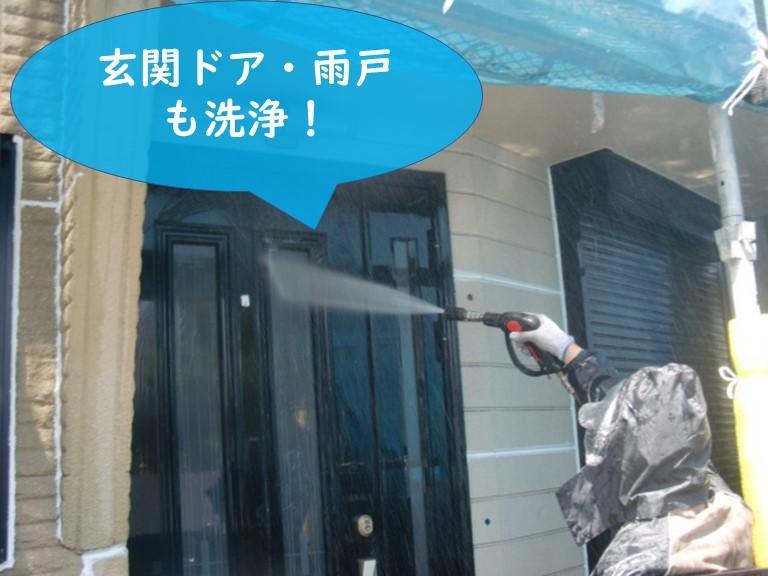 岩出市で外壁塗装を行うので、外壁の古くなった塗膜や汚れを高圧洗浄機で落とすのに、玄関ドアや雨戸も洗浄します