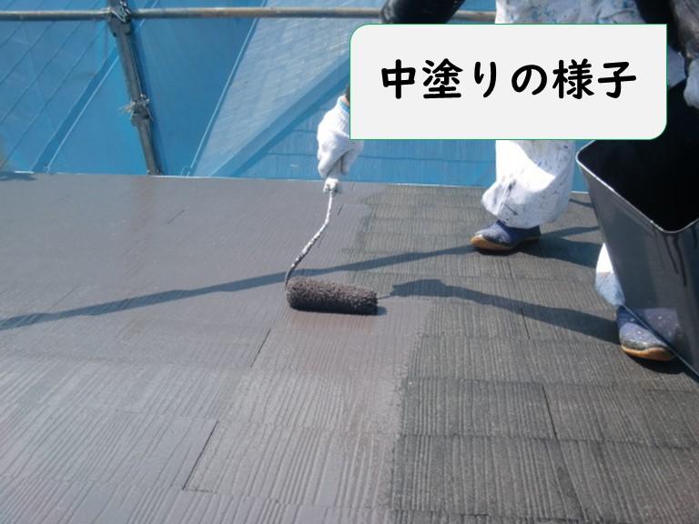 岩出市の屋根塗装で中塗りの様子でニッペサーモアイを弱溶剤で希釈し使用していきます