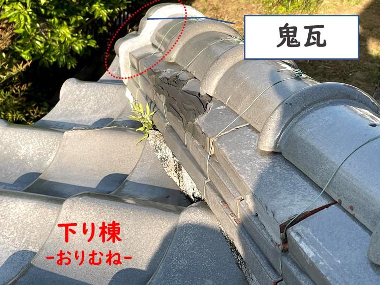 岩出市の下り棟部分に雑草が生えていました、更に漆喰が劣化し剥がれていました