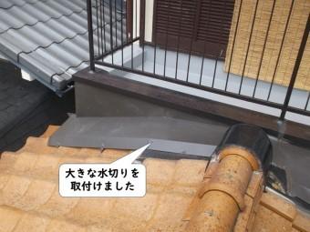 岩出市の下屋の壁際に大きな水切りを取付けました