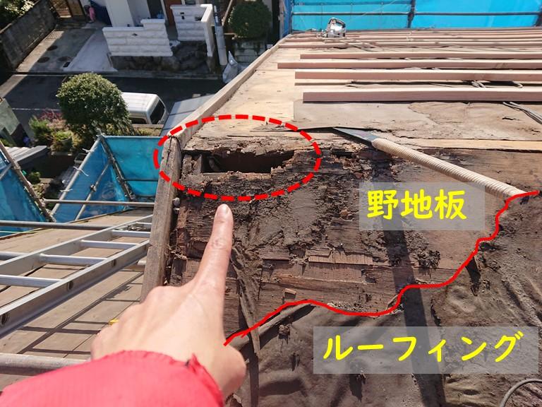 岩出市の屋根葺き替え工事で瓦をめくるとルーフィング(防水シート)が劣化し破れ、野地板が腐食しボロボロになっていたので触ると穴があいてしまいました