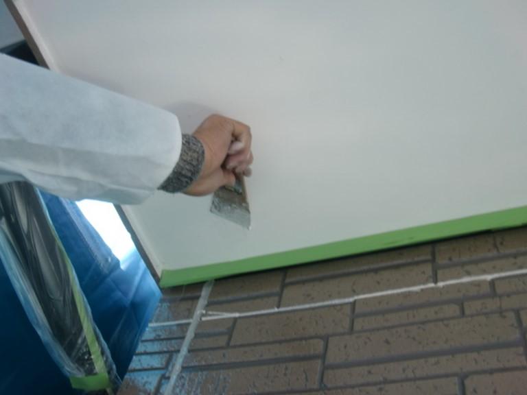紀の川市の外壁塗装で軒天部分をケレン作業で下地処理を行いました