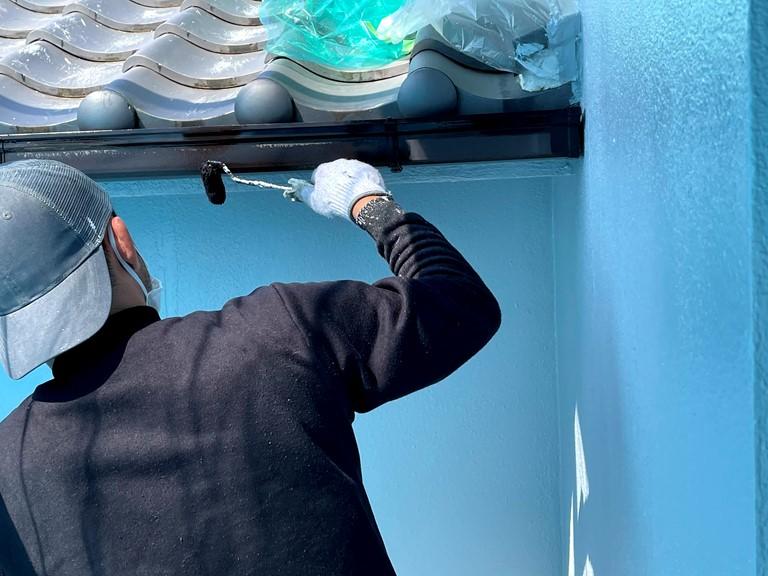 紀の川市で外壁塗装後付属部分でブラックの塗料で雨樋を塗装していきました