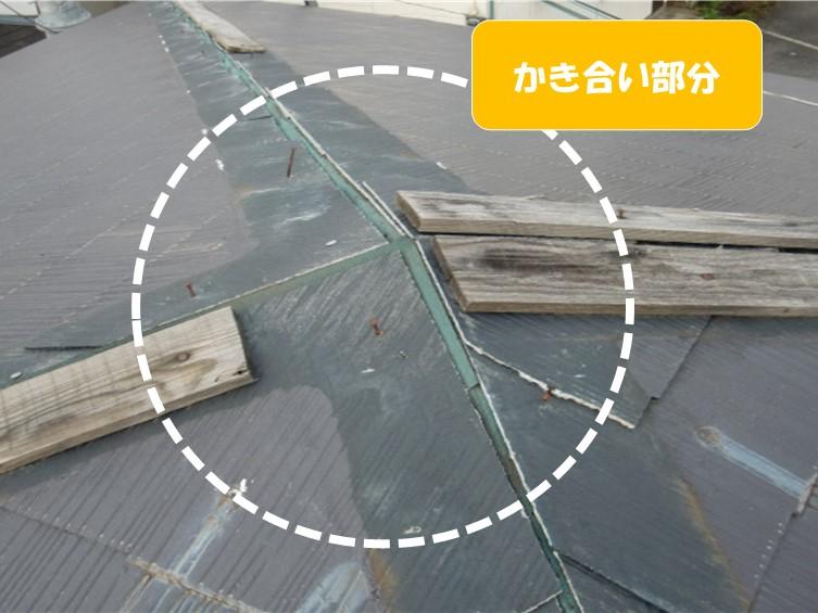 台風被害で板金や貫板が破損した方形屋根の上部写真