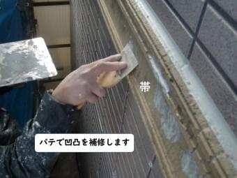 和歌山市の外壁の帯にパテで凹凸を補修
