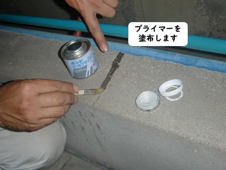 和歌山市のベランダのひび割れにプライマー塗布