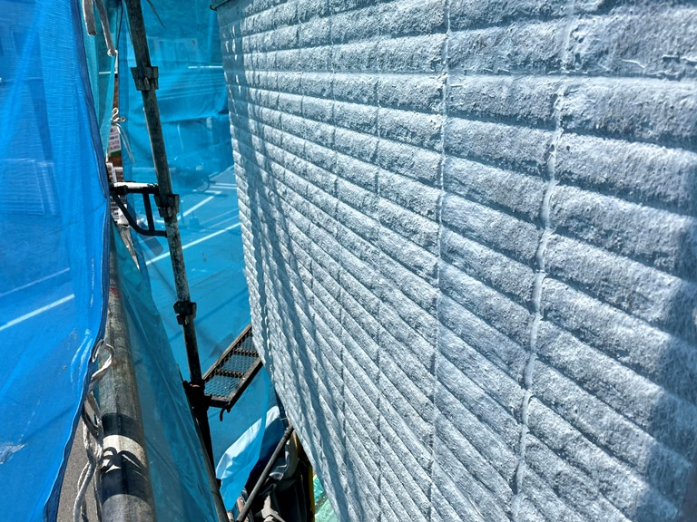 岩出市で外壁工事を行い、表面が凸凹した部分の下塗りが完成しました
