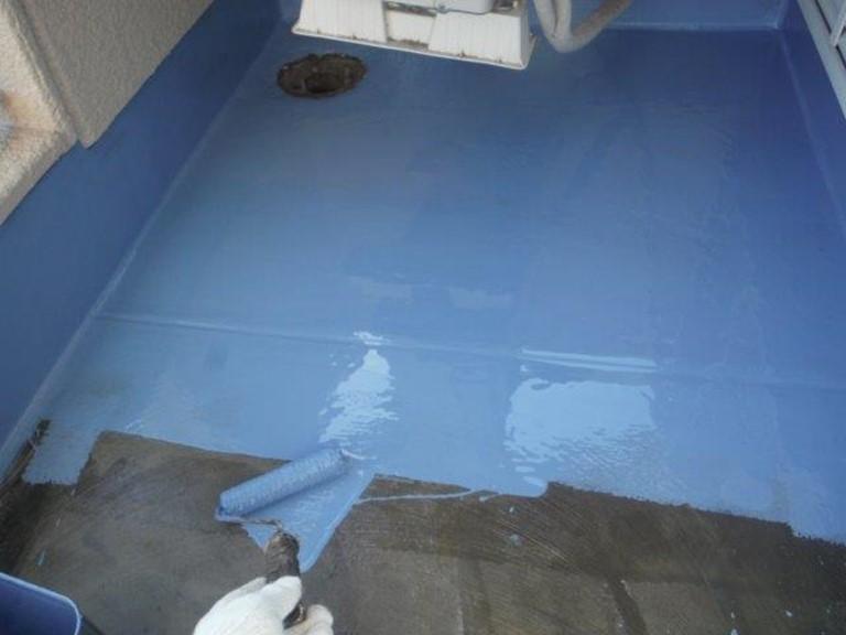 和歌山市でベランダ防水工事でウレタン樹脂を全体に塗っていきます