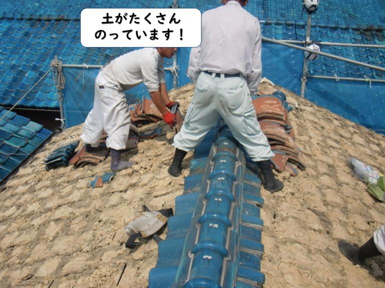 岩出市の屋根解体状況で土がたくさんのっています