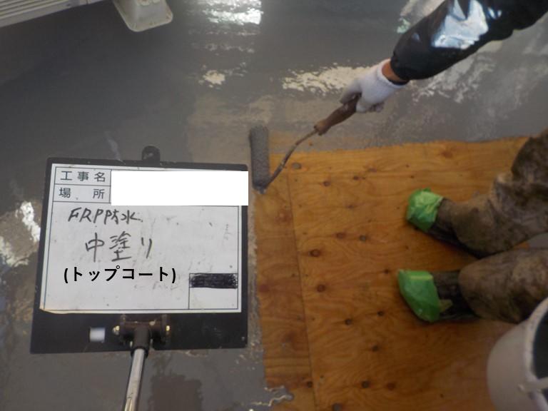 紀の川市のベランダ防水工事でFRPの防水層を乾燥させ、トップコートを塗っていきます