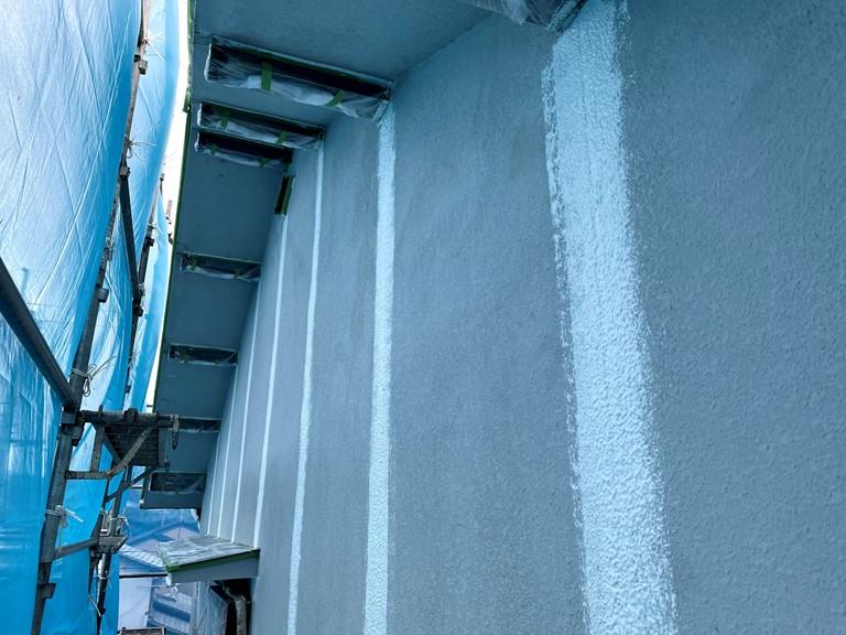 紀の川市で外壁を塗装する前に誘発目地にパターン付けを行いました
