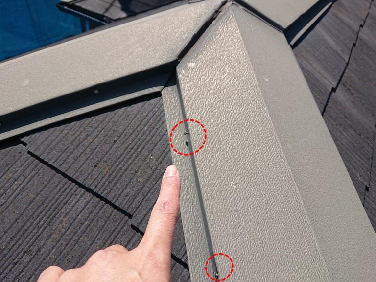 岩出市屋根塗装を行う前に現場調査へきて棟板金の様子を見ると釘が何か所か抜けかかっていました