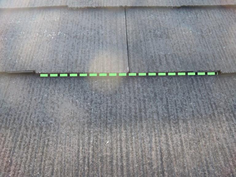 紀の川市の屋根塗装工事で屋根に隙間がありここにタスペーサーをはめていきます