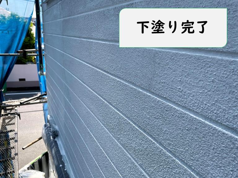 岩出市で外壁工事を行い、駐車場と外壁の下塗り完了の写真