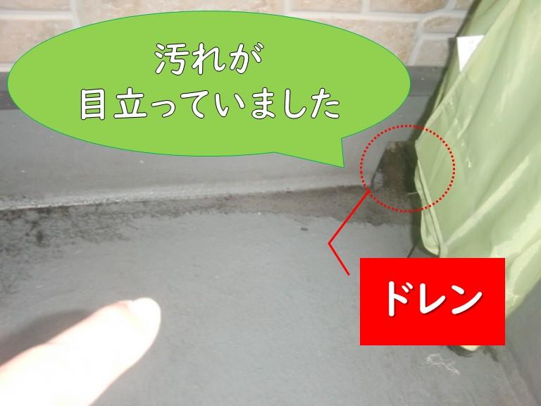 紀の川市で雨漏りが発生し、ベランダの床を見るとドレン周りがゴミなどで汚れていました