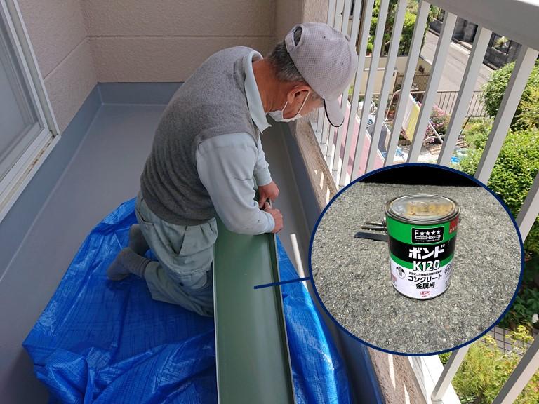 和歌山市で笠木をつけるのに職人がサイズを合わせてボンドで固定します