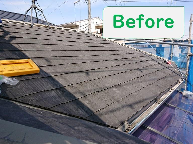 岩出市の屋根塗装で塗装前の屋根材の塗膜が薄くなり、苔が生えていた時の写真