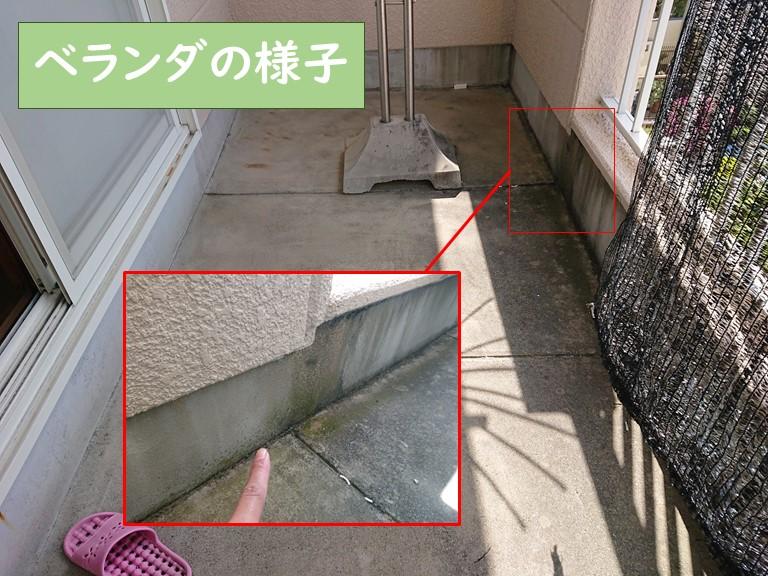 和歌山市で雨漏りの無料調査へ向かい、雨漏りの原因を見つけるためにベランダを調査します