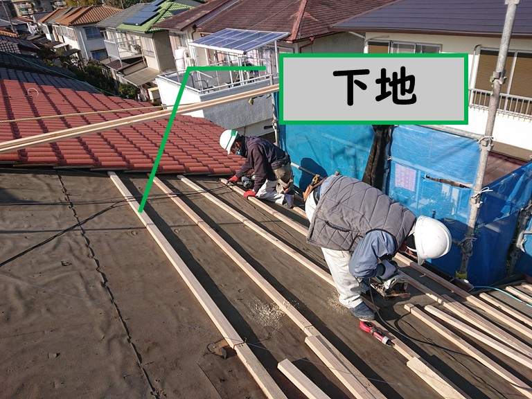 岩出市の屋根の葺き替えを行うのに野地板の下地を張り付けていきます
