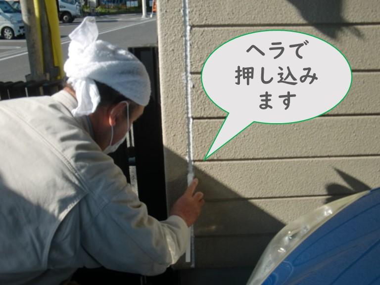 岩出市で外壁塗装を行う前にALCライト版とコーナー役物の取合い部分のジョイント目地にコーキングを充填し、ヘラで抑え込みます