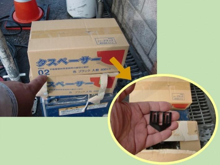 紀の川市で屋根の塗装で中塗りを行う前にスレート屋根の隙間にタスペーサーをはめていきます