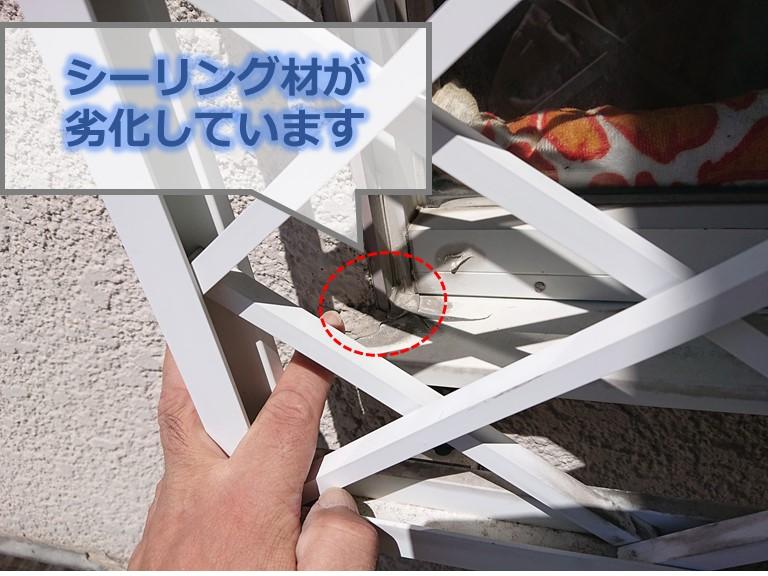 和歌山市で窓の点検をするとサッシと外壁の間にあるシーリングが劣化しており、雨漏りの原因となっていました