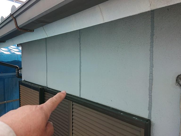 紀の川市で外壁の補修工事で誘発目地部分のシーリング充填が完了しました