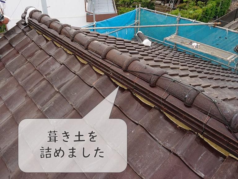和歌山市で行った漆喰詰め直し工事で、棟に新しく葺き土を詰め漆喰を詰めていきます