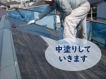 紀の川市の屋根塗装の中塗りでニッペサーモアイsiのクールディープグレーを塗装していきます
