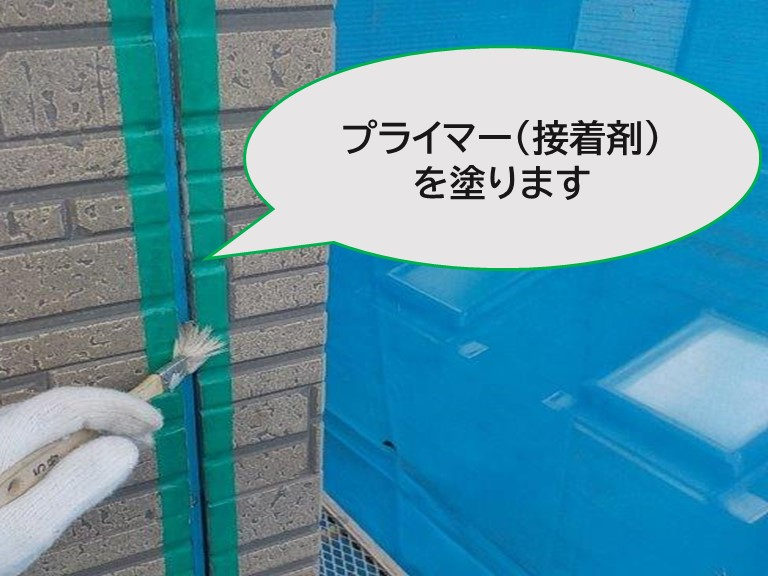 和歌山県の外壁の塗り替え工事で壁と壁にできるつなぎ目に接着剤であるプライマーを塗っていきます