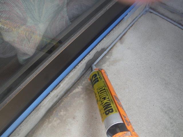 和歌山市のベランダ床防水工事でコーキングを充填します