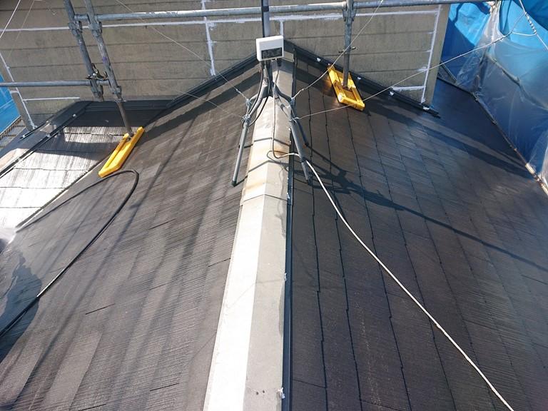 岩出市で屋根塗装を行うので、屋根を高圧洗浄機で洗浄し、古くなった塗膜や苔を洗い流した後の写真