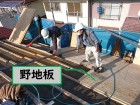 岩出市の屋根の葺き替えを行うのに野地板の下地を張り付け上から野地板を貼っていきます