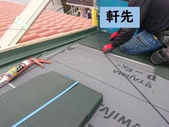 岩出市で屋根の葺き替えでコロニアルグラッサを使用し、軒先部分から葺き替えていきます
