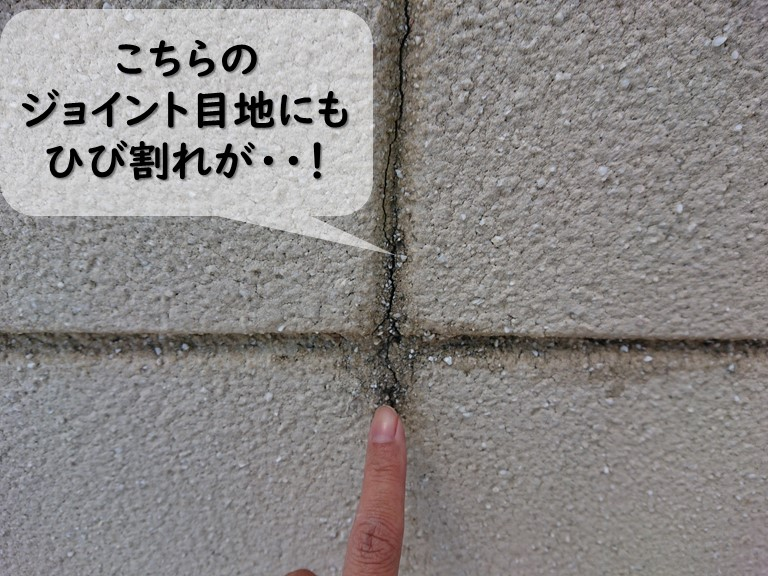 岩出市で外壁塗装の現場調査で、ALCライト版が使用されており、ジョイント目地に数か所クラック(ひび割れ)が発生していました