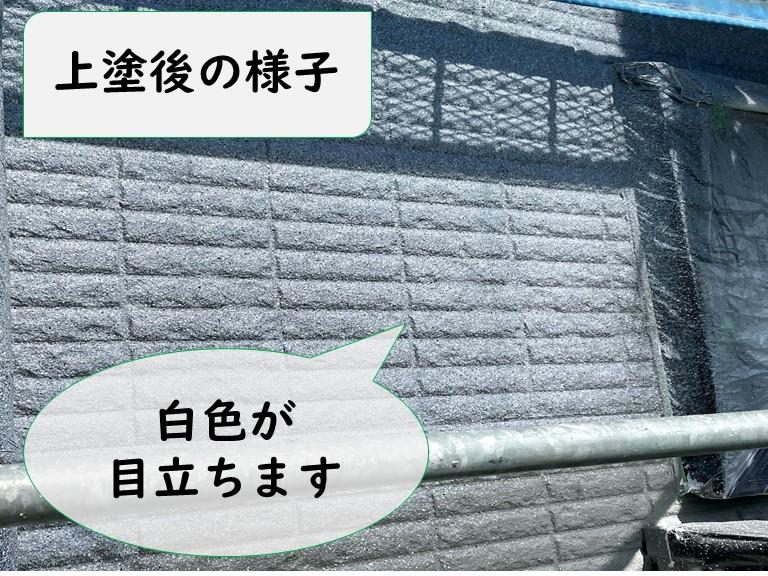 岩出市で多様模様の外壁塗装の上塗りの様子でスプレーガンを使用し塗料を吹き付けていくと白が協調されて見えます