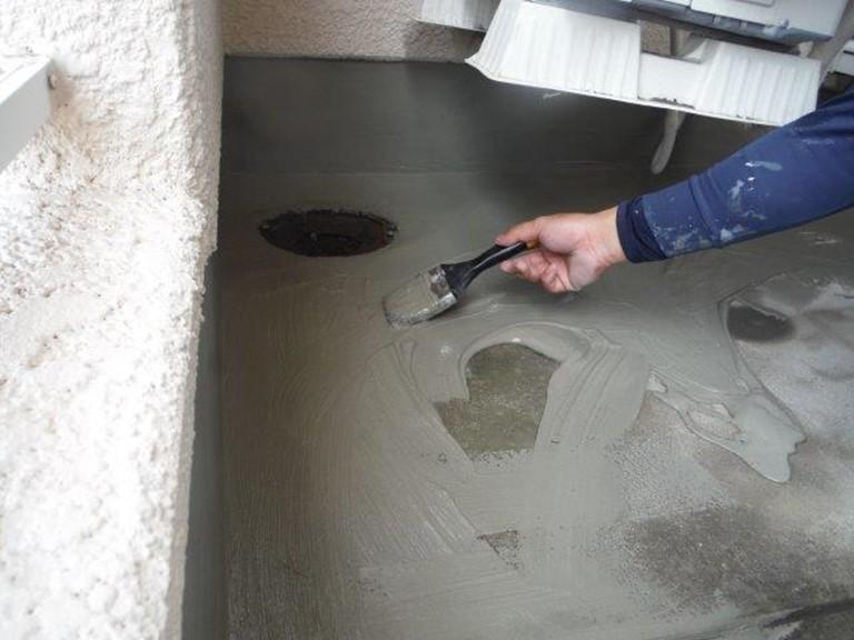 和歌山市で防水工事をおこない、カチオンフィラーを塗っていきました