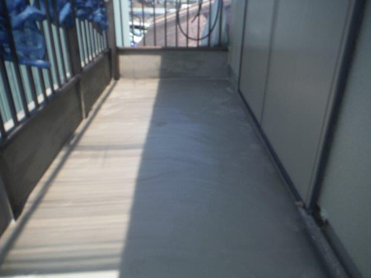ベランダ防水工事でカチオンクリートで下地処理を行い乾燥させ防水の工程に入ります