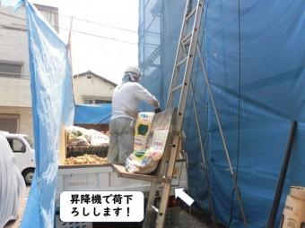 岩出市の屋根の瓦や葺き土を昇降機で荷下ろし